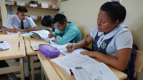¿Las regiones puden elaborar su propio currículo escolar?