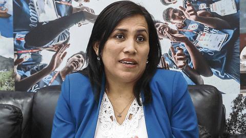 """Entrevista a Flor Pablo: """"El congreso no tiene como función decidir qué se pone o se saca en los textos escolares"""""""