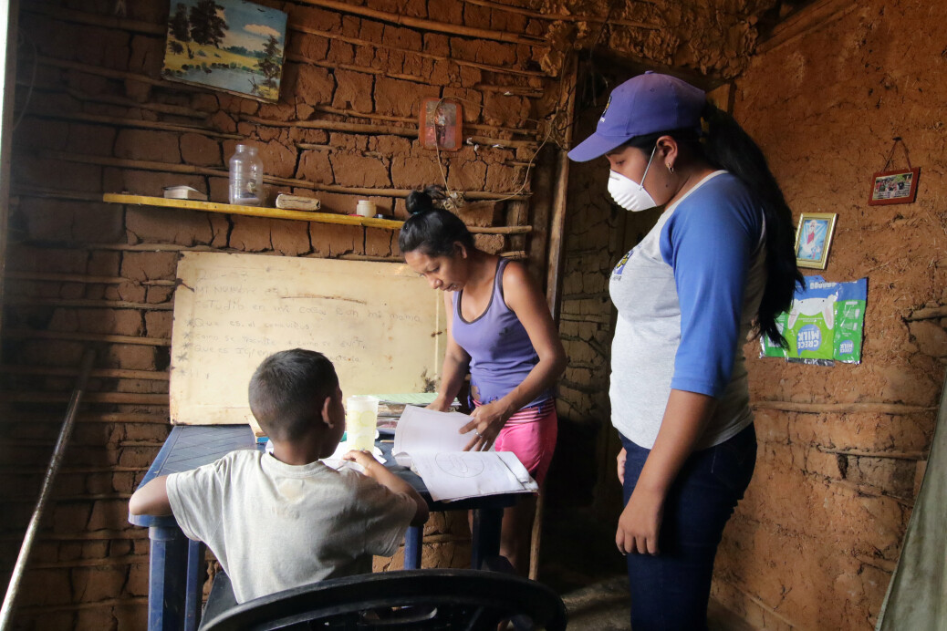 A teacher visits student at home after the closing of schools during the nationwide quarantine due to coronavirus disease (COVID-19) outbreak in El Pao, Venezuela April 1, 2020. Picture taken April 1, 2020. REUTERS/William Urdaneta NO RESALES NO ARCHIVE
